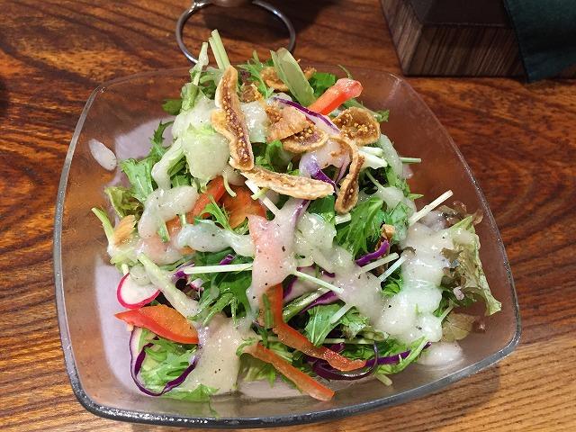 いろんな野菜が入ったボリュームたくさんのサラダ